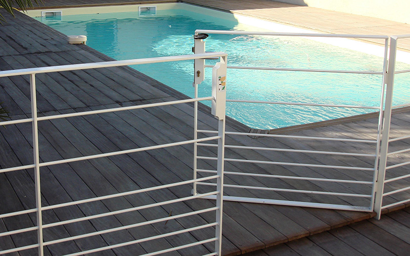 Cloture piscine a partir de with cloture piscine scurit for Cloture piscine verre