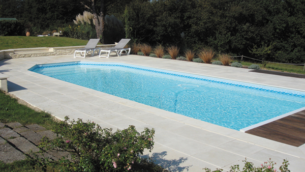 Piscines cr atives ou de forme libre construction et for Piscine merignac
